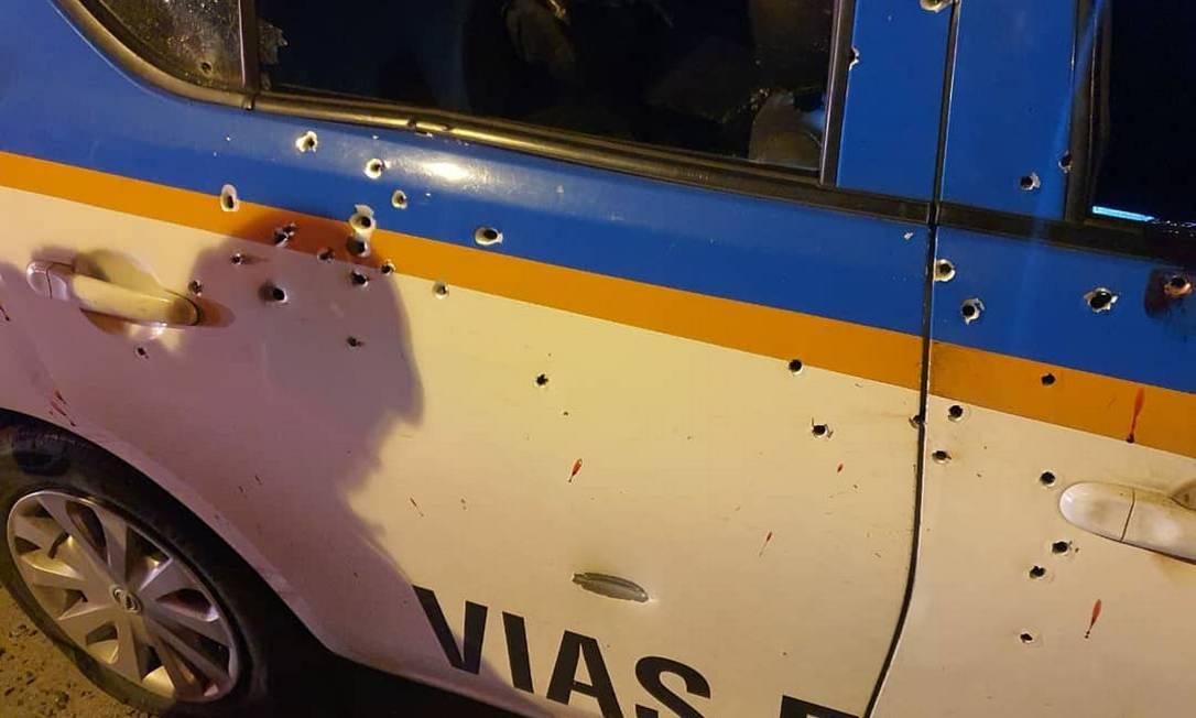 As marcas dos tiros na viatura atacada na Linha Vernelha Foto: Padre Miguel News / Via Twitter