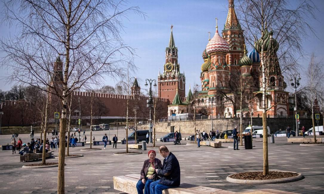 Pessoas aproveitam dia de primavera no parque Zaryadye, nas proximidades do Kremlin, em Moscou Foto: DIMITAR DILKOFF / AFP/13-4-21