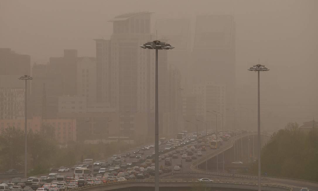 Congestionamento é visto duirante tempestade de areia em Pequim Foto: GREG BAKER / AFP