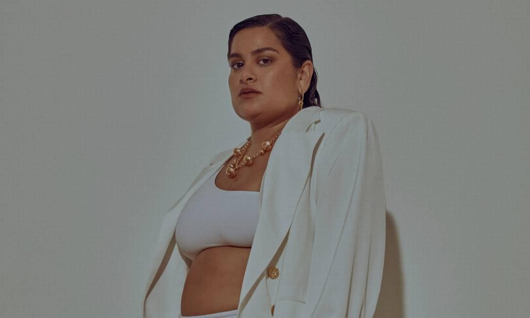 Alexandra usa blazer Ashua, top Aya, hotpants Caê, colar e brincos, todos AnnaKa e botas Zara Foto: Sher Santos