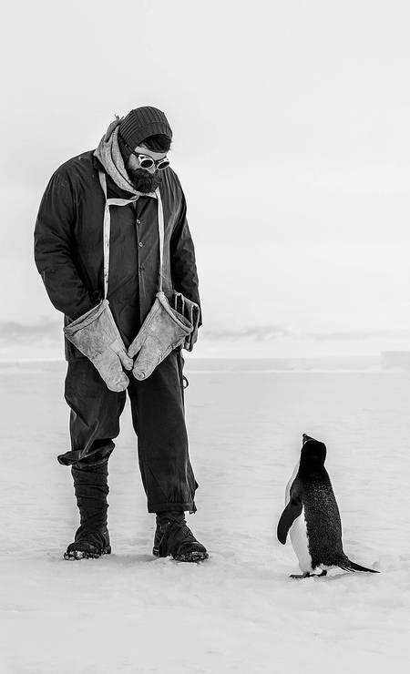 A grande vencedora do concurso Capture The Extreme 2021 foi esta foto feita pela britânica Tamara Stubbs, que registou um penguium olhando para um explorador vestido como Ernest Shackleton, na Antártica Foto: Tamara Stubbs / Shackleton/Divulgação