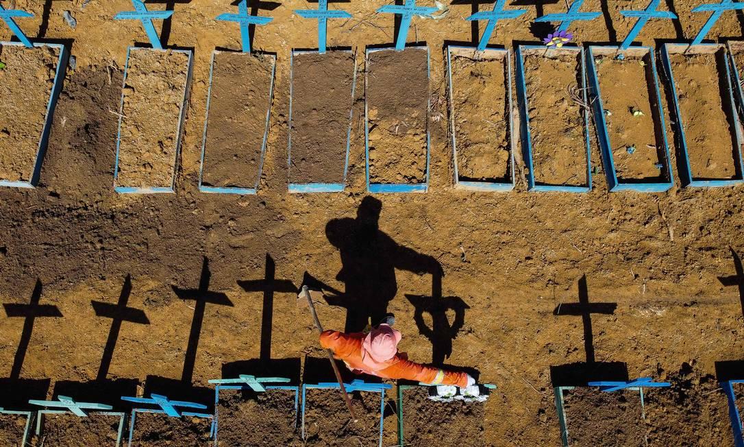 Vista aérea de covas no cemitério Nossa Senhora Aparecida, em Manaus Foto: MICHAEL DANTAS / AFP