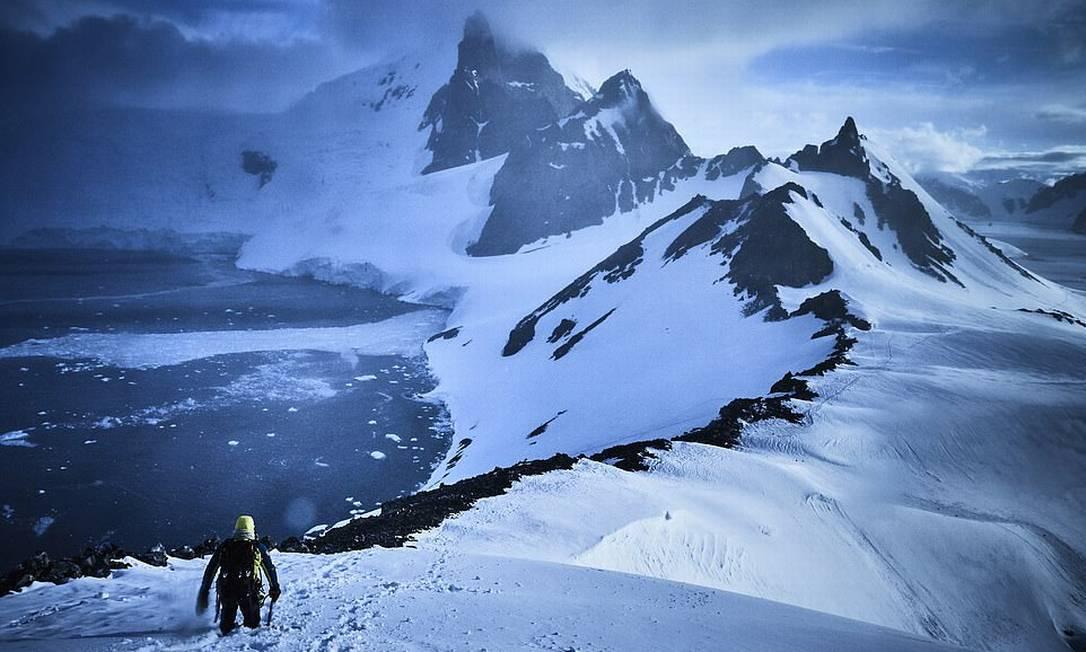 Durante uma expedição à Antártica, entre dezembro de 2019 e janeiro de 2020, o fotógrafo Diego Martinez registrou essa imagem do alpinista Alex Txikon no topo do Pico Peak. A foto foi a vencedora na categoria Aventura do Capture The Extreme 2021 Foto: Diego Martinez / Shackleton/Divulgação