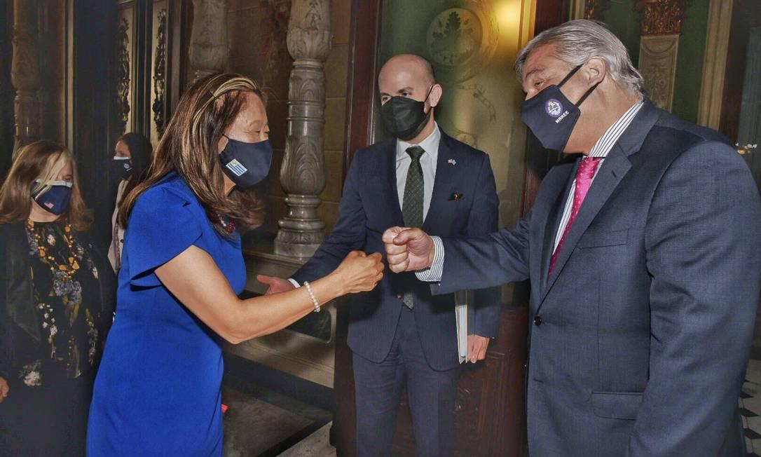 Juán González (C), diretor do Conselho de Segurança Nacional para o Hemisfério Ocidental, e Julie Chung (E), subsecretária do Departamento de Estado para o Hemisfério Ocidental, durante reunião com o chanceler uruguaio, Francisco Bustillo (D), em Montevidéu Foto: Embaixada dos EUA em Montevidéu/Reprodução Twitter