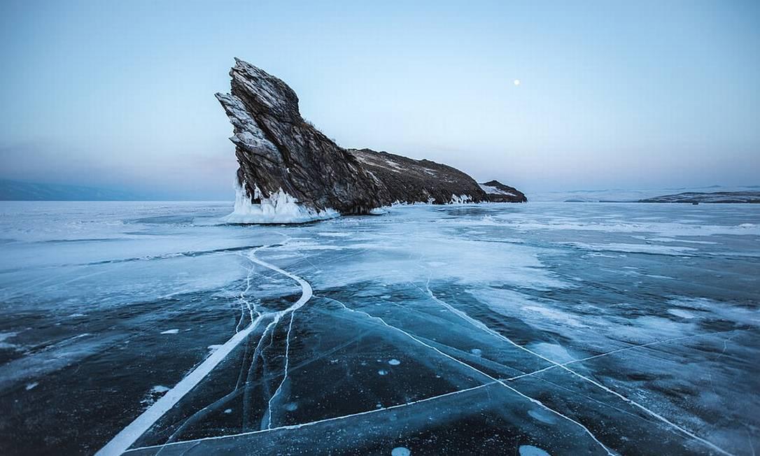 A foto vencedora do Explorers' Choice Award é de Wilder Biral e mostra uma ilhota rochosa cercada pelas águas congeladas do Lago Baikal, na Rússia Foto: Wilder Biral / Shackleton/Divulgação