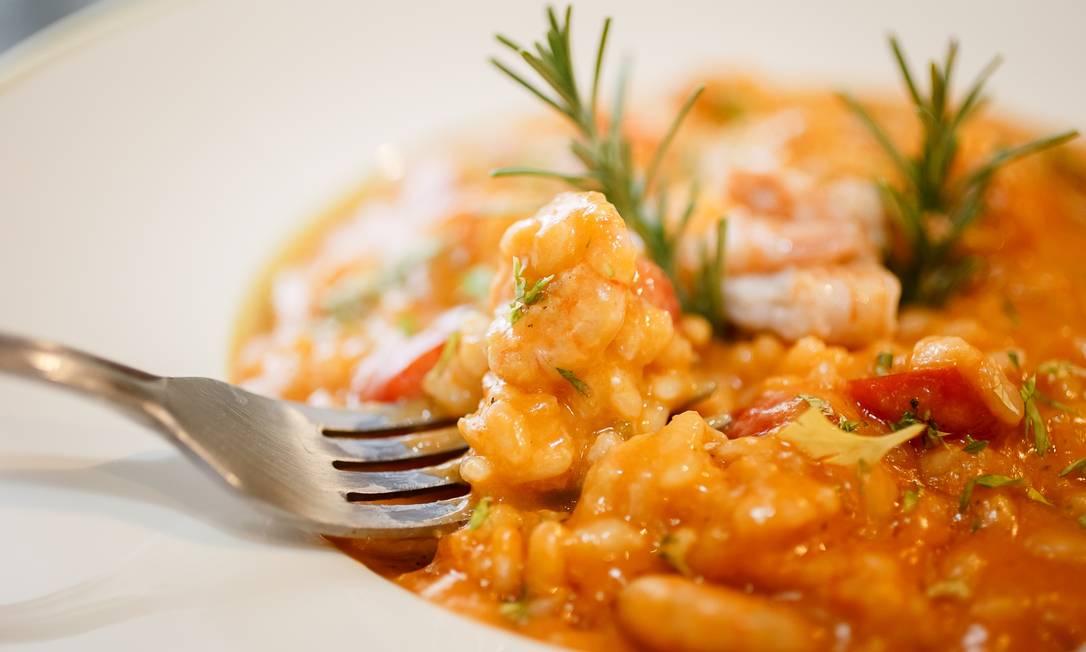 Do mar. No Tra i Gusti (2609- 1929), um dos pratos mais pedidos no delivery é o Risoto Gamberetti, preparado com camarões, molho de tomate, tomate grape e coentro: R$ 142, para até três pessoas Foto: Dani Paiva / Divulgação