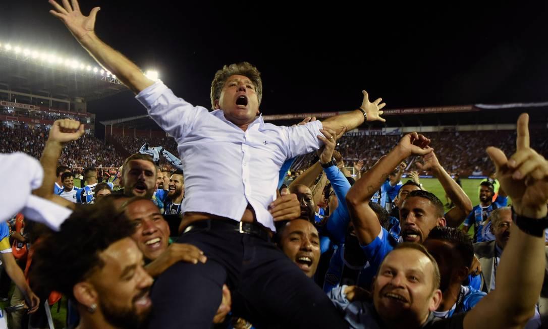 Renato Gaúcho é erguido pelos comandados depois de conquistar a Libertadores de 2017. Na sequência ele foi vice-campeão mundial e campeão da Recopa Foto: EITAN ABRAMOVICH / AFP