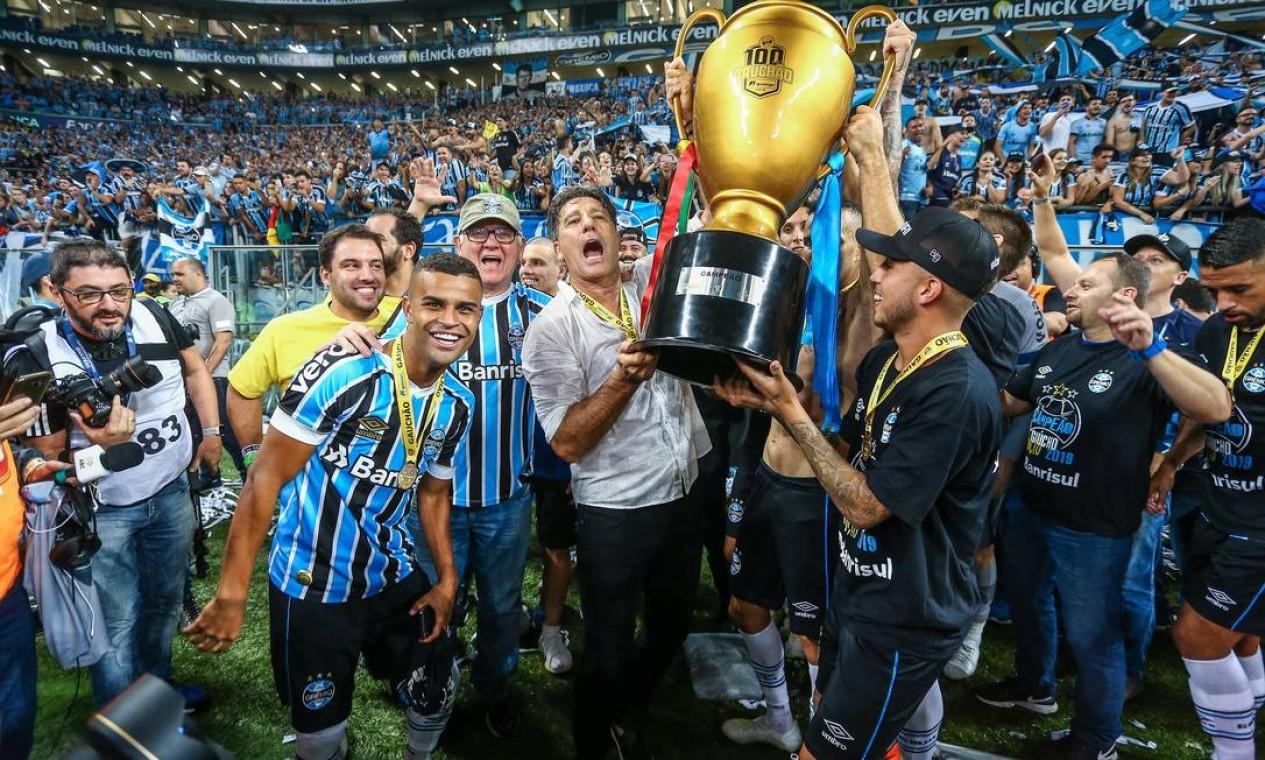 Renato ergue a taça de campeão gaúcho em 2019 Foto: Lucas Uebel / Lucas Uebel/Gremio FBPA
