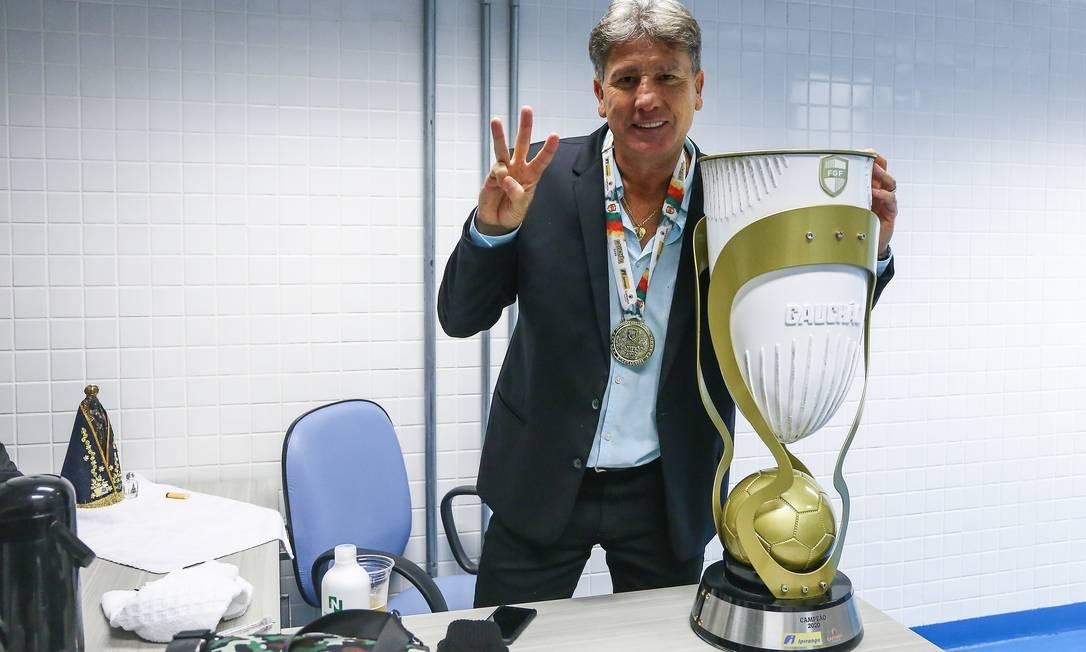 Com medalha no peito e ao lado do troféu, o ex-técnico Renato Gaúcho comemora o tricampeonato gaúcho, conquistado em 2020 Foto: Lucas Uebel / Lucas Uebel/Gremio FBPA