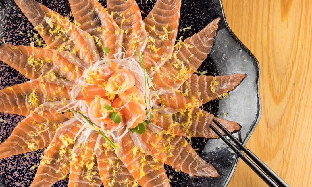 O campeão de vendas no Naga (99994-5649) é o carpaccio de barriga de salmão com flor de sal, azeite trufado e raspas de limão-siciliano (R$ 89) Foto: Divulgação/Tomas Rangel