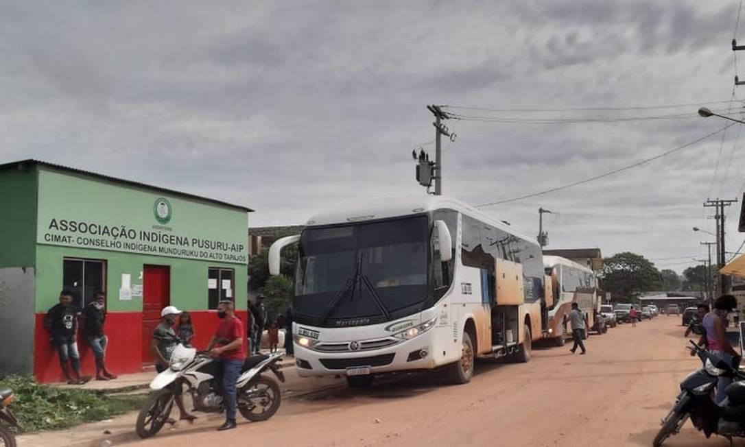 Ao menos dois ônibus deixaram o município de Jacareacanga com destino a Brasília em caravana organizada por garimpeiros aliciadores de indígenas Foto: Reprodução