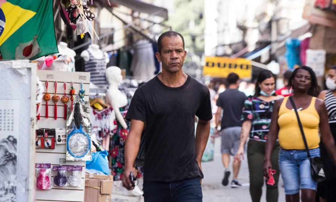Homem andando pelo Saara é flagrado sem máscara Foto: Maria Isabel de Oliveira / Agencia O Globo