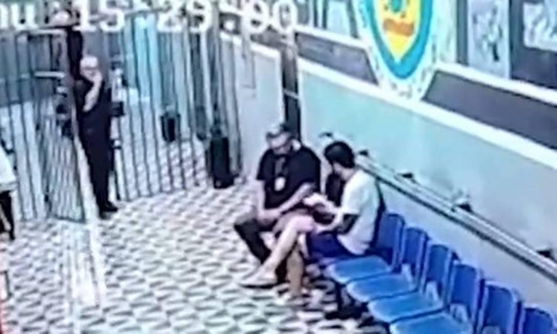 Vereador Dr. Jairinho, preso, ao lado de diretor de presídio. Na imagem ele come um sanduíche que o diretor entregou para ele Foto: Reprodução