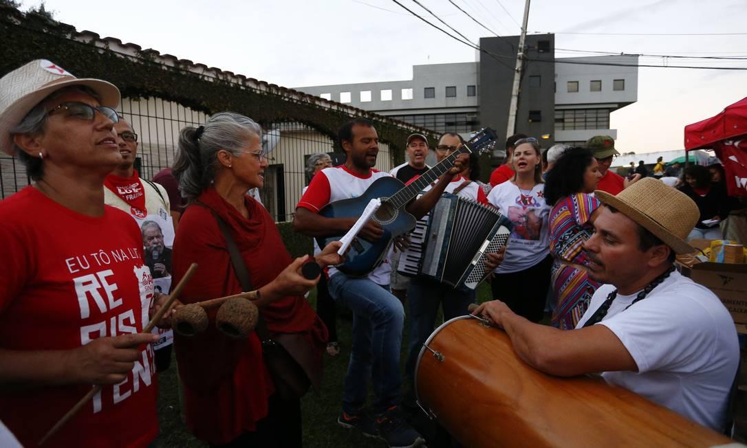 VIGÍLIA - Desde o dia em que o ex-presidente Lula foi preso, apoiadores fizeram vigília em frente à PF de Curitiba durante todos os 580 dias da prisão Foto: Pablo Jacob / Agência O Globo - 07/04/2018