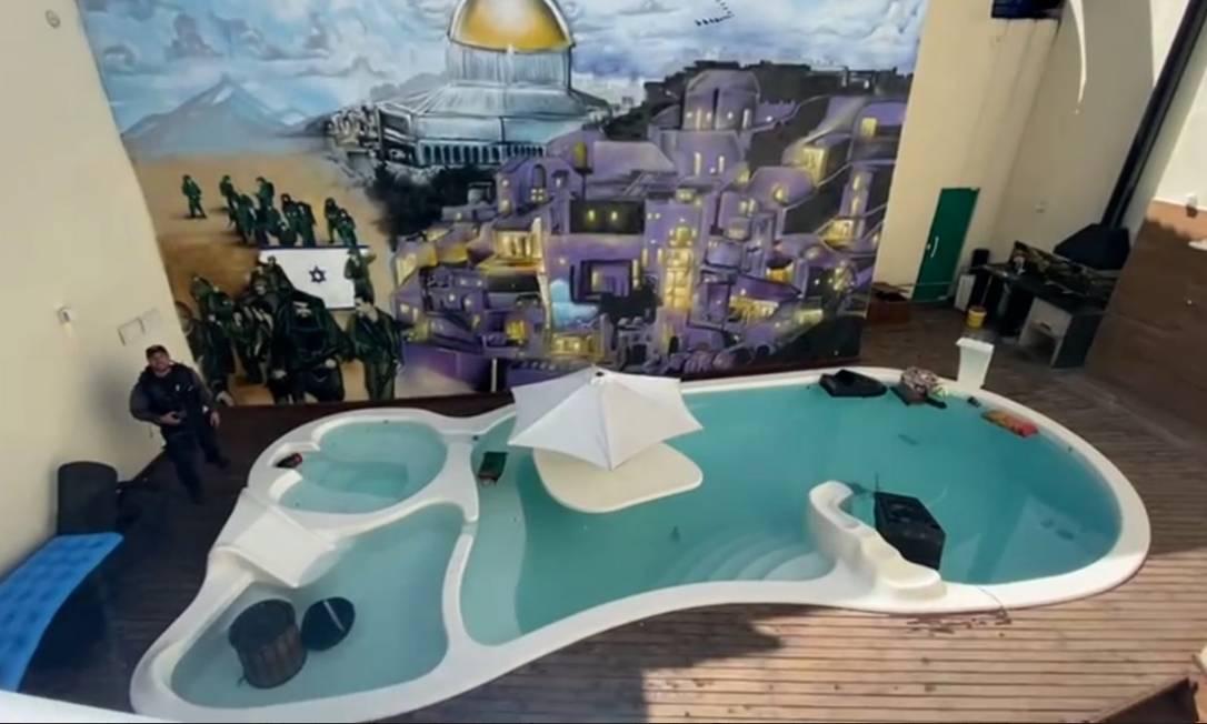 Painel com cidade de Jerusalém na casa de Peixão Foto: Reprodução de vídeo