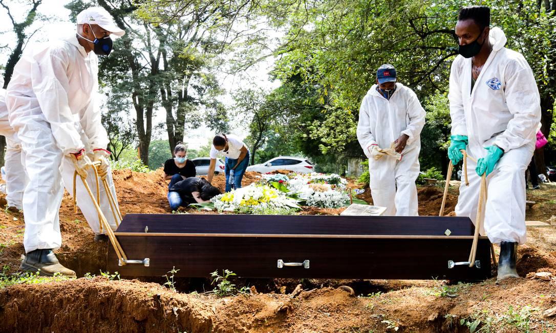 Sepultamentos no cemitério Vila Formosa, maior da América Latina, localizado na zona lesta de capital paulista, acontecem um traz do outro, devido ao grande numero de morto por coronavirus Foto: Photo Premium / Agência O Globo