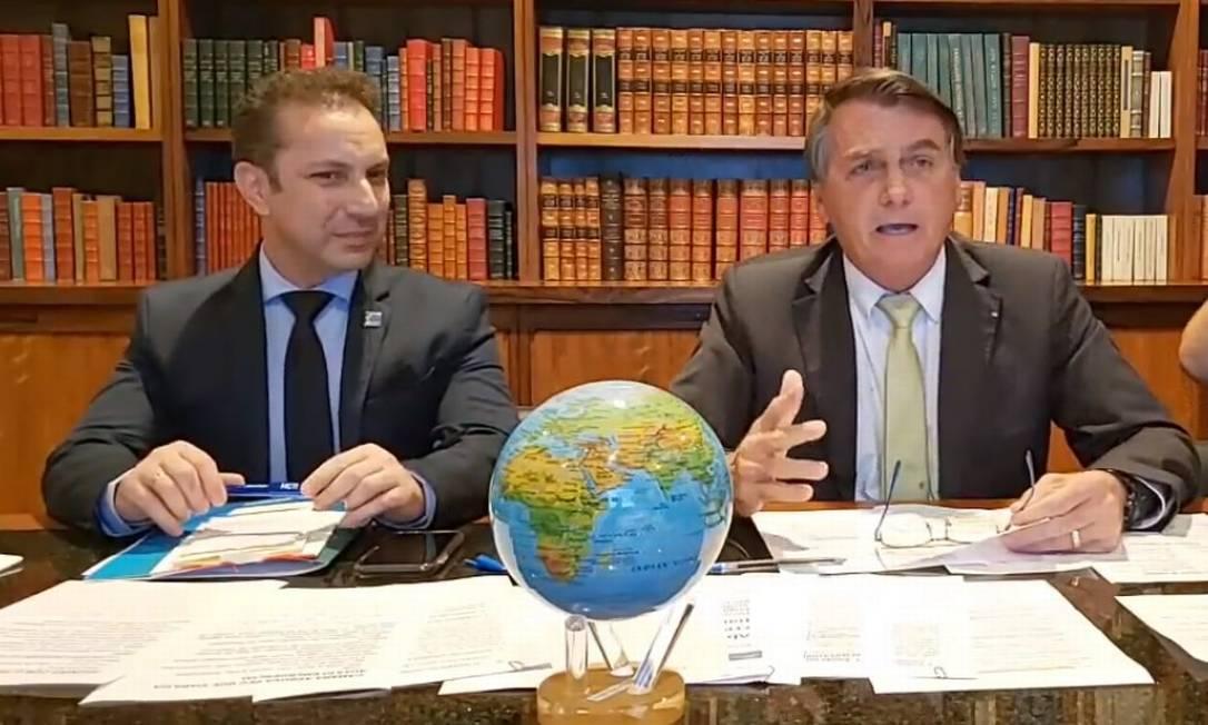 Depois de discursar ao lado de ministros em novo tom, usando máscara e a favor da vacina, o presidente Jair Bolsonaro apareceu em live, no dia seguinte, com um globo terrestre à mesa. O terraplanismo é uma das ideias difundidas pelo guru do presidente, Olavo de Carvalho Foto: Reprodução - 11/03/2021