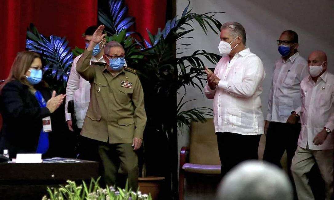Raúl Castro (à esquerda) acena a delegados na abertura do 8º Congresso do PCC, ao lado do presidente Miguel Díaz-Canel Foto: - / AFP