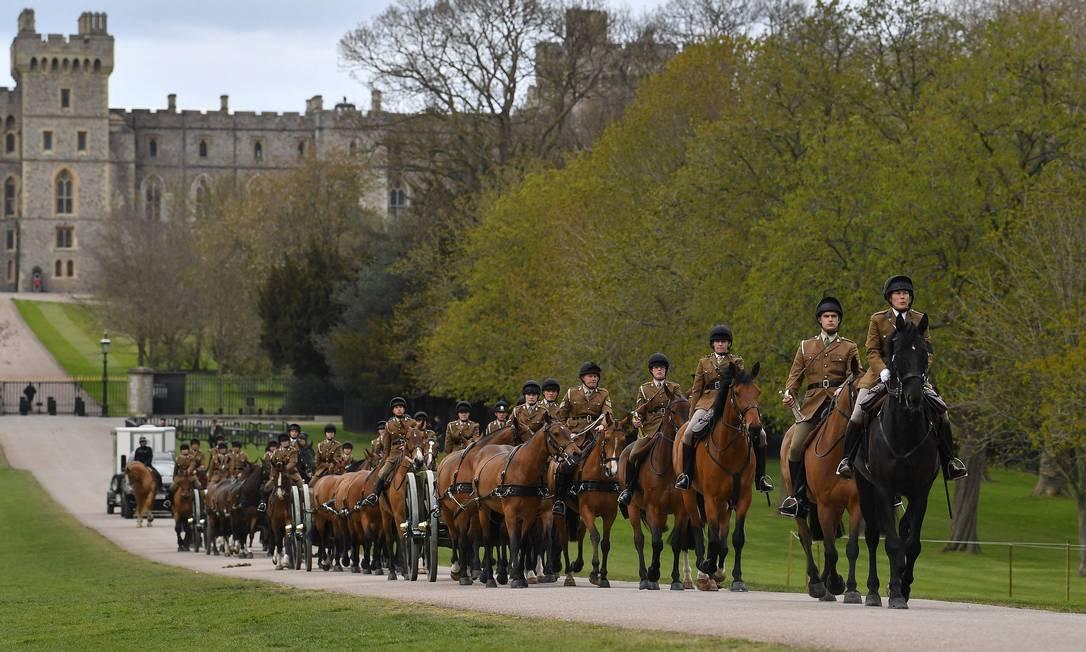 Membros da Cavalaria Real transportam canhões durante os preparativos do príncipe Philip, no Castelo de Windsor. O funeral acontecerá na Capela de São Jorge, neste sábado (17) Foto: BEN STANSALL / AFP