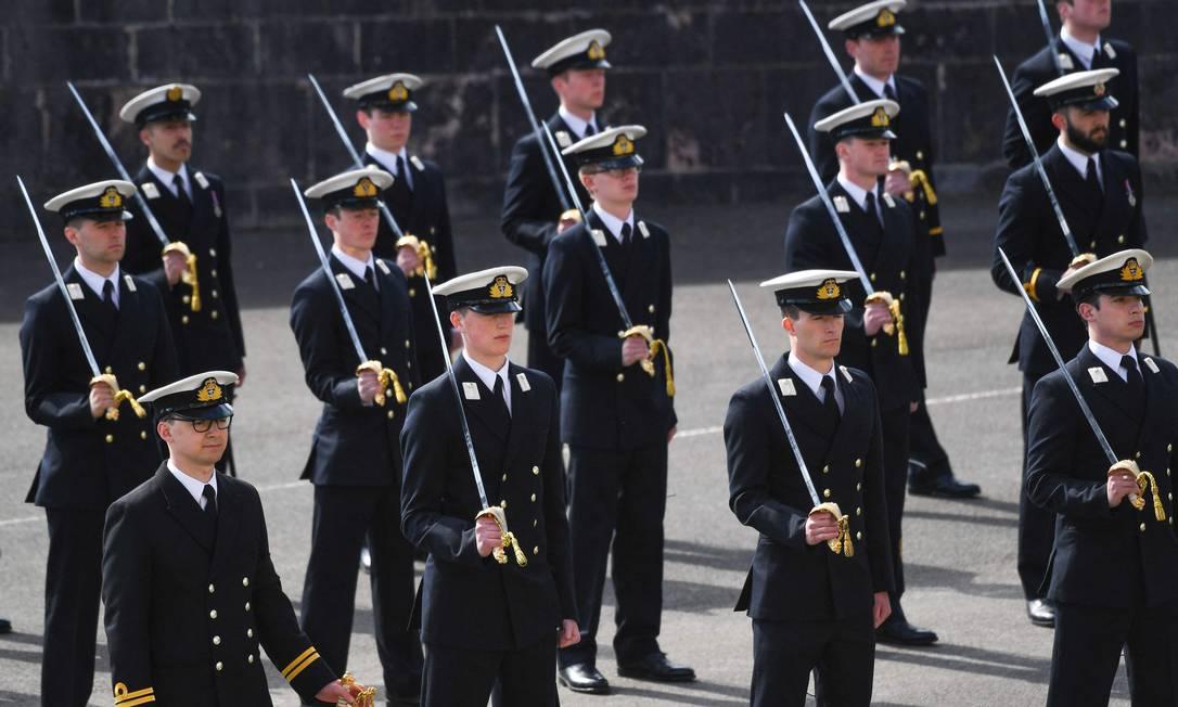 Marcha fúnebre é realizada na Real Escola Naval da Grã-Bretanha, em Dartmouth, sudoeste da Inglaterra, durante visita do primeiro-ministro britânico, Boris Johnson, em homenagem ao príncipe Philip Foto: FINNBARR WEBSTER / AFP