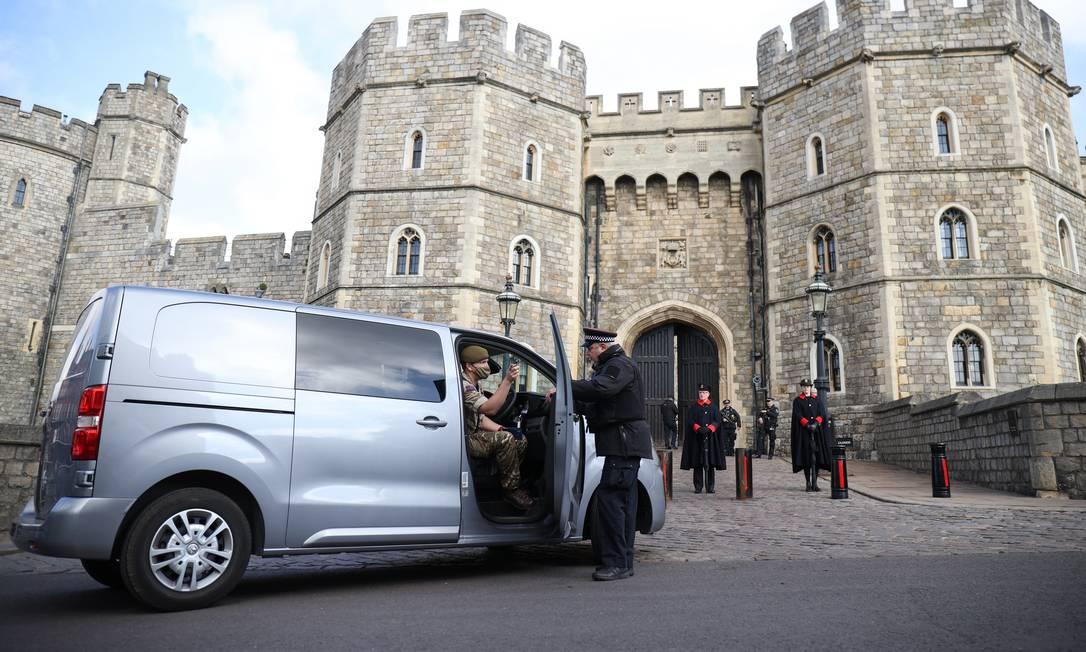 Os militares chegam ao Castelo de Windsor para os preparativos do funeral do príncipe, que morreu há uma semana, aos 99 anos Foto: MOLLY DARLINGTON / REUTERS