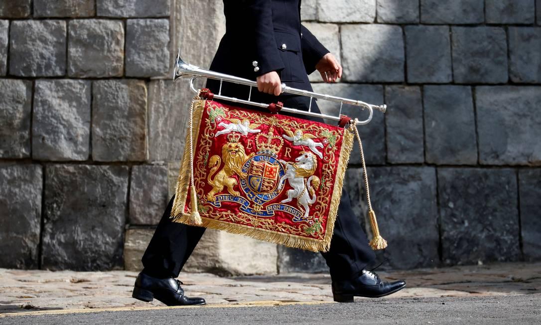 Soldado carrega uma corneta com o brasão real no Castelo de Windsor Foto: PHIL NOBLE / REUTERS