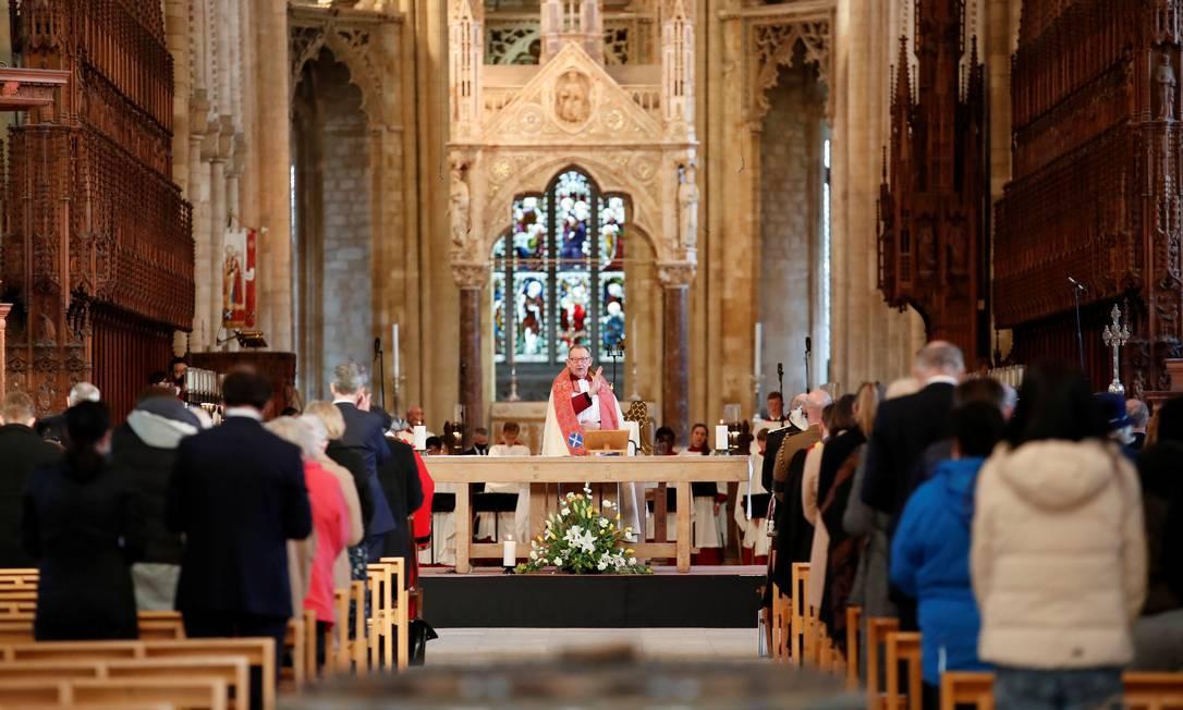 Pessoas participam de missa na Catedral de Peterborough, em memória do príncipe Philip Foto: ANDREW BOYERS / REUTERS