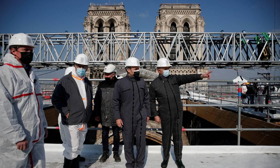 O presidente francês Emmanuel Macron visita o local de reconstrução do telhado da Catedral de Notre-Dame de Paris, dois anos após o incêndio que fez a torre desabar e destruiu grande parte do telhado Foto: BENOIT TESSIER / AFP