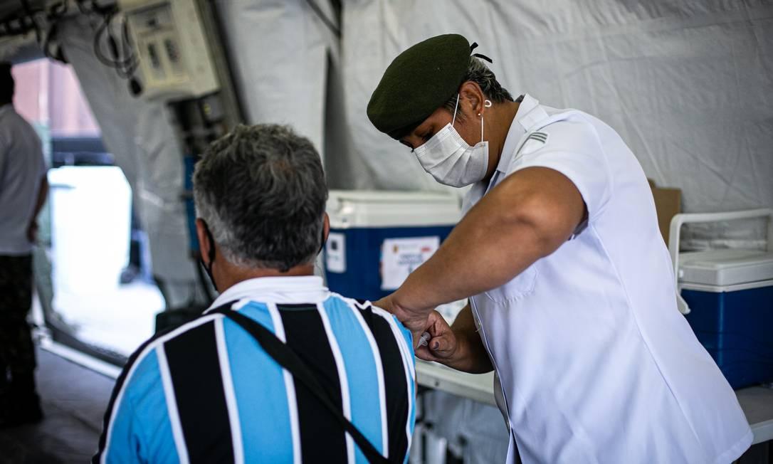 Vacinação no Palácio Duque de Caxias, ao lado da Central do Brasil, Rio de Janeiro Foto: Hermes de Paula / Agência O Globo