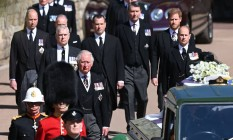 O príncipe William (à esquerda, ao fundo), seu irmão Harry (à direita) e o príncipe Charles (atrás do soldado) na procissão funerária de Philip no Castelo de Windsor Foto: LEON NEAL / AFP