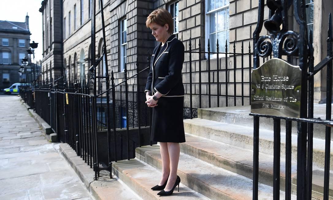 A primeira ministra da Escócia, Nicola Sturgeon, presta minuto de silêncio do lado de fora da Bute House, em Edimburgo, em homenagem ao príncipe Philip Foto: ANDY BUCHANAN / AFP