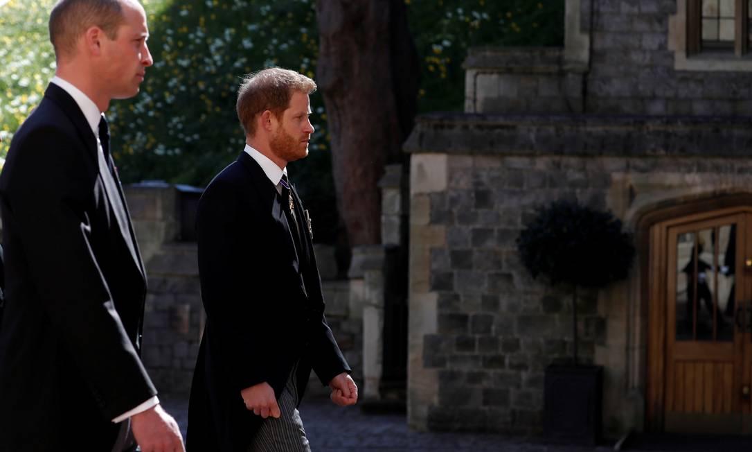 O Príncipe William da Grã-Bretanha e o Príncipe Harry da Grã-Bretanha seguem o carro fúnebre, em direção à Capela de São Jorge, para o funeral do Príncipe Philip Foto: POOL / REUTERS