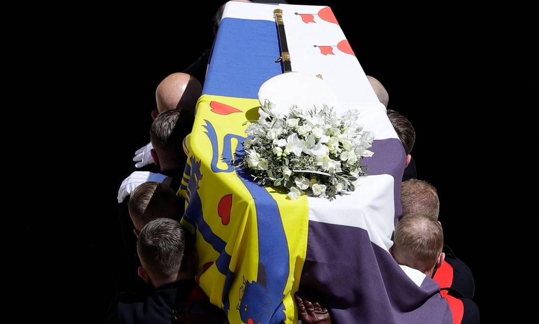 Fuzileiros Navais reais carregam o caixão na Escadaria Ocidental da Capela de São Jorg, durante funeral do Príncipe Philip Foto: KIRSTY WIGGLESWORTH / AFP