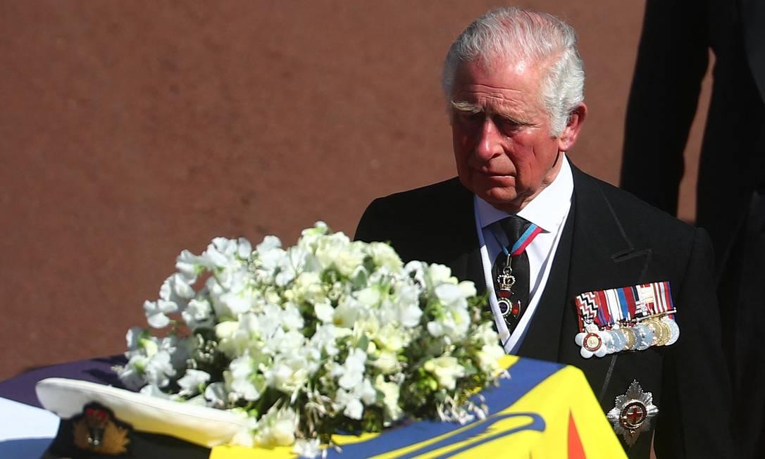 O príncipe Charles da Grã-Bretanha e príncipe de Gales caminha atrás do caixão do pai Príncipe Philip Foto: HANNAH MCKAY / AFP