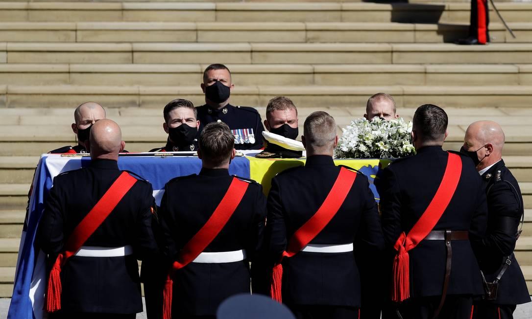 O caixão do príncipe Philip da Grã-Bretanha, marido da Rainha Elizabeth, que morreu aos 99 anos, é levado à Capela de St. George para um funeral, em Windsor, Grã-Bretanha, em 17 de abril de 2021. Kirsty Wigglesworth / Pool via REUTERS Foto: POOL / REUTERS