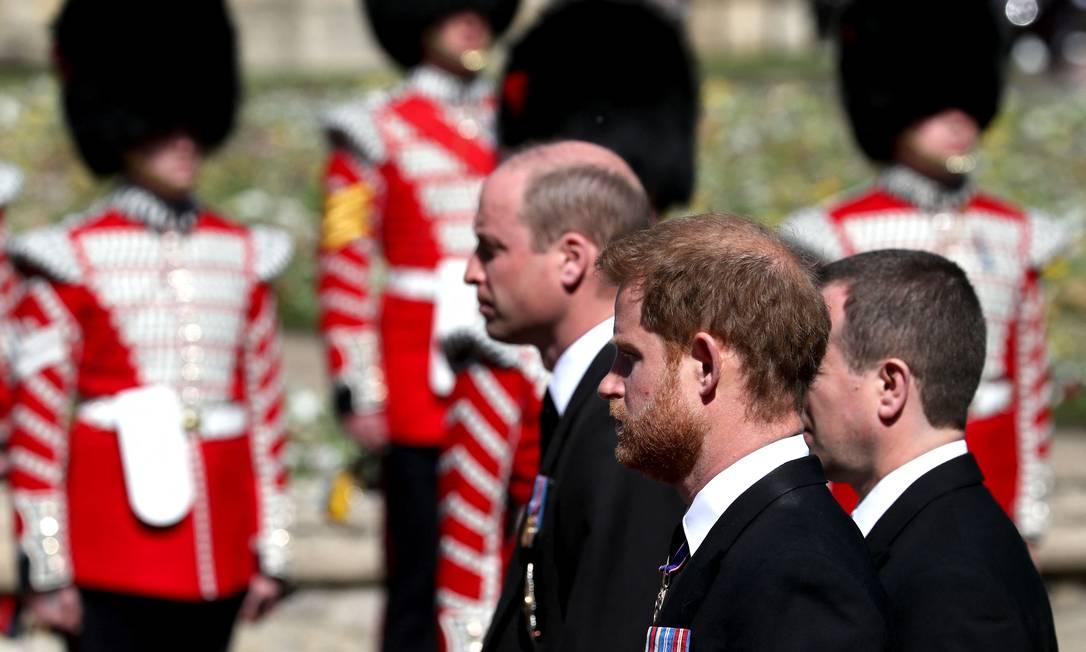 William e Harry caminham separadamente em cortejo funebre Foto: GARETH FULLER / AFP