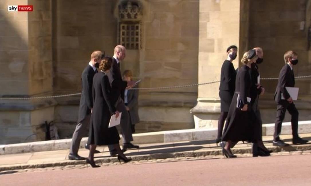 William, Harry e Kate caminham juntos após funeral Foto: Reprodução/SkycNews