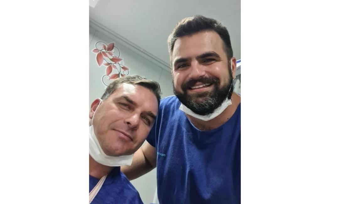O médico que atendeu o senador Flávio Bolsonaro tirou uma foto com o senador e postou nas redes sociais Foto: Reprodução / Instagram