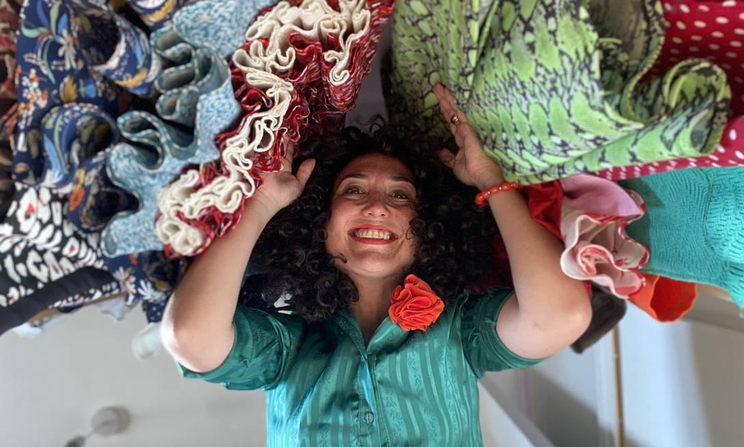A consultora de estilo Leti Marsola: brasileira só usa roupas de segunda mão e ajuda clientes inglesas a garimpar Foto: Arquivo pessoal / Agência O Globo