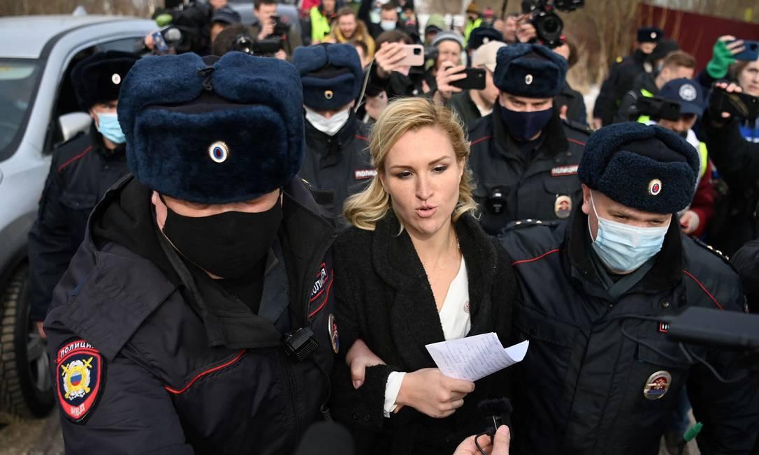 Anastasia Vasilyeva, membro do sindicato médico da Alliance of Doctors e médica pessoal de Navalny, é detida por policiais na entrada da colônia penal N2. O sindicato disse que organizaria um protesto fora da colônia penal, em Pokrov, exigindo que Navalny, em greve de fome há três semanas, receba tratamento médico adequado Foto: KIRILL KUDRYAVTSEV / AFP - 06/04/2021