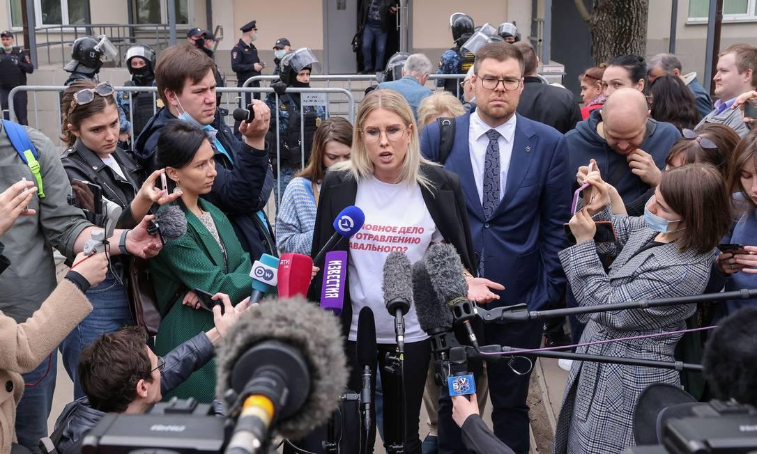 Lyubov Sobol, membro da oposição russa e aliada próxima de Navalny, fala com jornalistas após uma audiência em Moscou. Tribunal russo entregou a Sobol uma sentença suspensa de um ano de serviço comunitário após considerá-la culpada de usar a violência para invadir a propriedade privada Foto: TATYANA MAKEYEVA / REUTERS - 15/04/2021