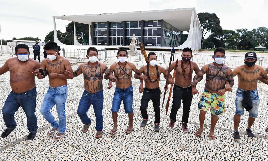 Indígenas brasileiros de várias etnias protestam contra a proposta do governo federal de legalizar a mineração em terras indígenas, em frente ao Supremo Tribunal Federal, em Brasília Foto: EVARISTO SA / AFP