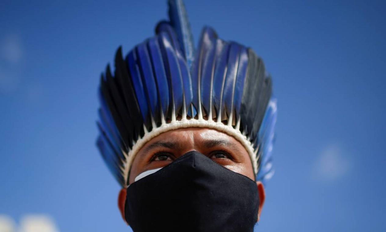 Indígena durante um protesto contra o governo Bolsonaro, em Brasília Foto: ADRIANO MACHADO / REUTERS
