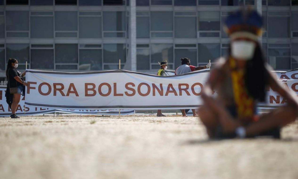 """Manifestantes exibem faixa com a frase """"Fora, Bolsonaro fora"""" durante protesto nesta segunda-feira, em Brasília Foto: ADRIANO MACHADO / REUTERS"""