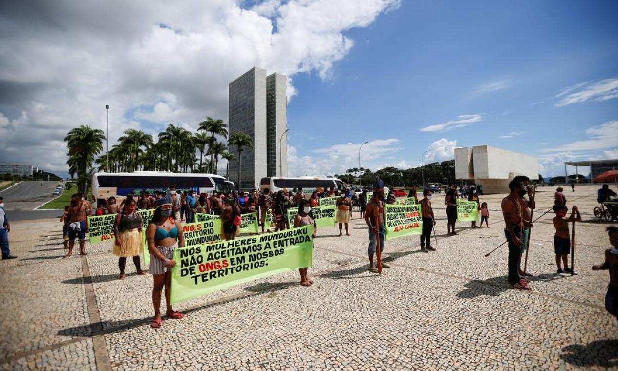 Indígenas protestam em Brasília contra projeto que prevê exploração em terras demarcadas Foto: ADRIANO MACHADO / REUTERS