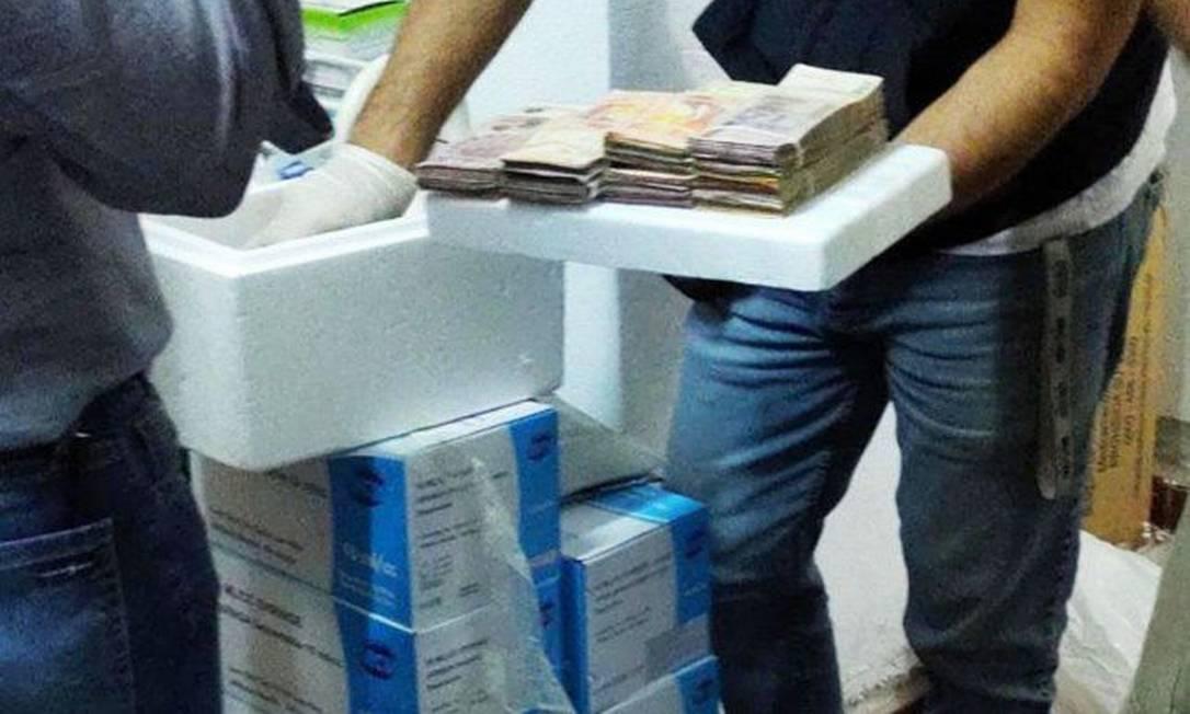 Policiais apreenderam dinheiro e doses de vacina na clínica clandestina Foto: Divulgação