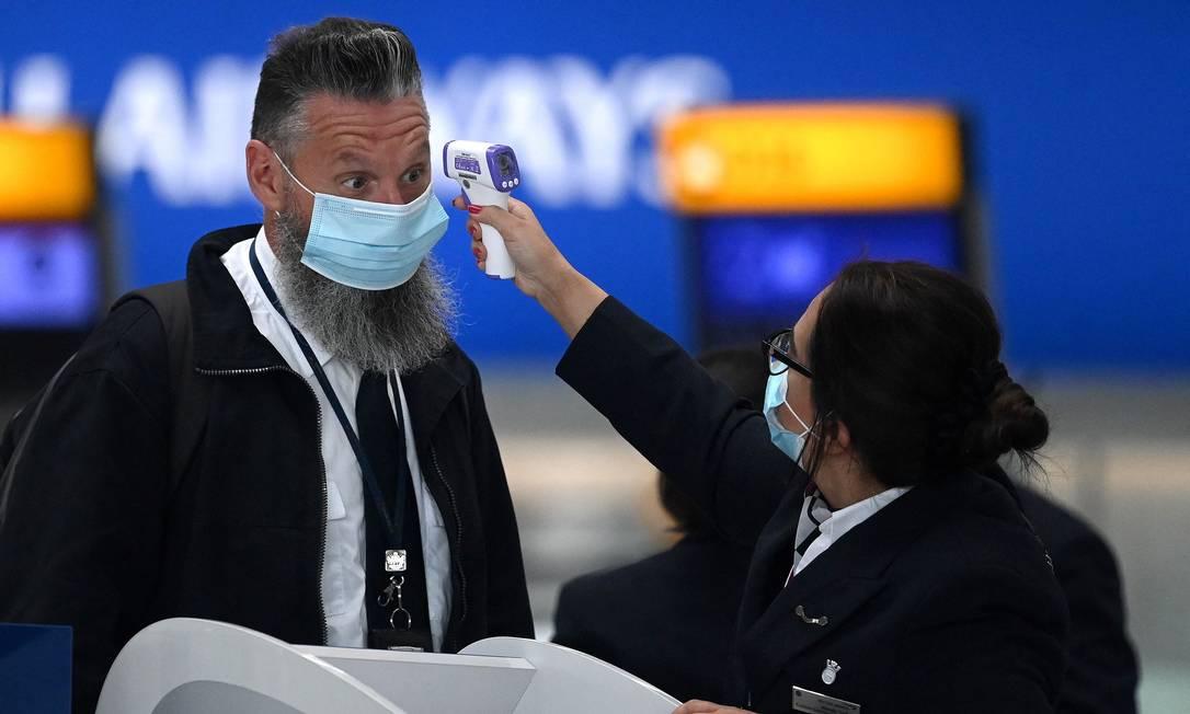 Passageiro tem temperatura medida no aeroporto de Heathrow, em Londres Foto: DANIEL LEAL-OLIVAS / AFP