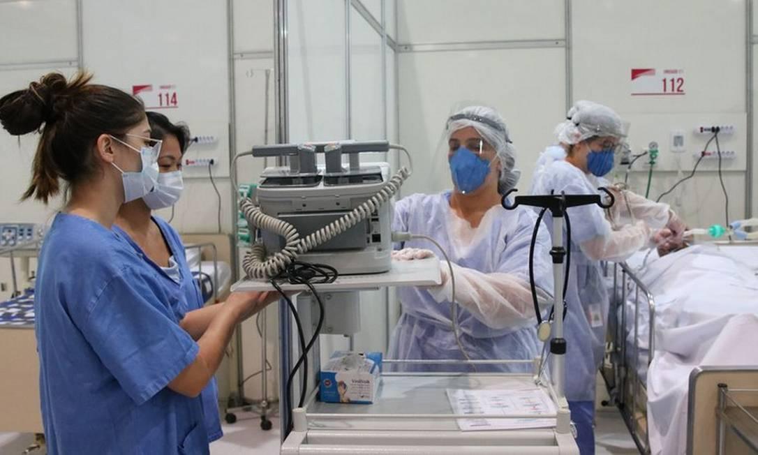 Profissionais da saúde trabalham para atender pacientes com Covid-19 Foto: Rovena Rosa/Agência Brasil