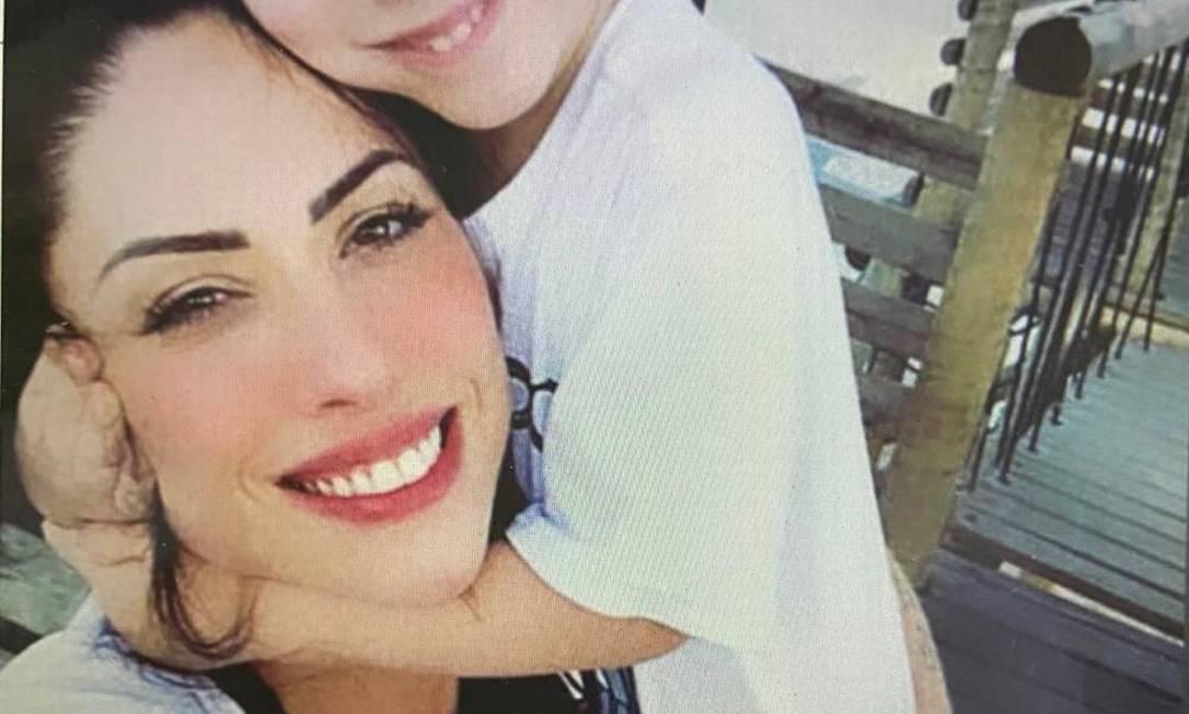 Henry abraça a mãe, a professora Monica Medeiros Foto: Divulgação