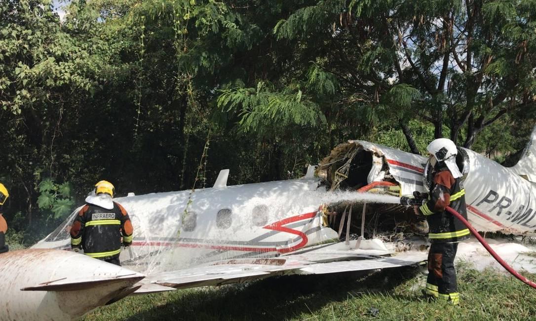 Aeronave cai no Aeroporto da Pampulha em Belo Horizonte Foto: Divulgação/ Corpo de Bombeiros